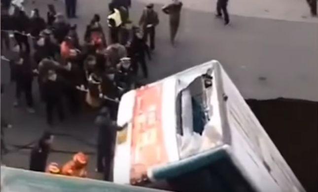תיעוד: אוטובוס בסין נפל לבולען, 6 הרוגים במקום