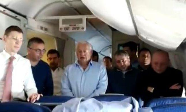 """צפו: תפילת מנחה במטוס רה""""מ בדרך לוושינגטון"""