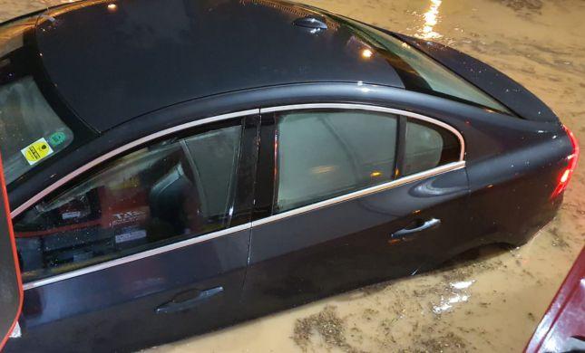 נזקי מזג האוויר: אדם חולץ מהצפה; כבישים נחסמו