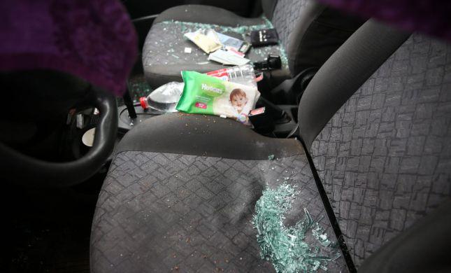 תיעוד: צעיר הותקף באבנים ברכבו ונפצע, נזק נגרם לרכב