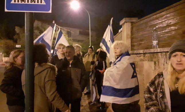 """הפגנה מחוץ לביתו של השר נפתלי בנט: """"בנט תתאחד"""""""