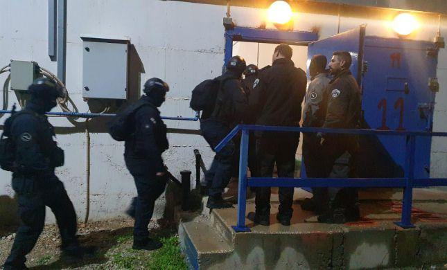 """11 טלפונים נתפסו במבצע של השב""""ס בבתי הסוהר"""