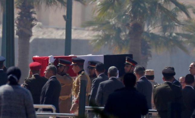 """""""גיבור מלחמה"""": מובארק הובא למנוחות בקהיר"""
