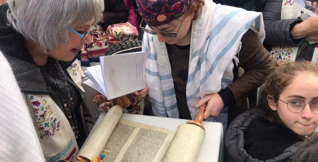 צפו: נשות הכותל עולות לתורה בכותל המערבי