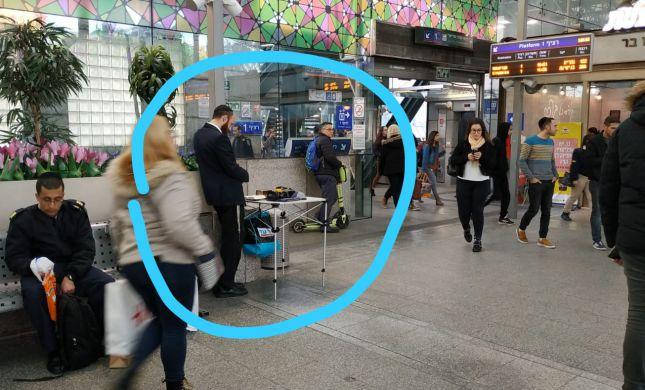 """בושה • פעילי תחב""""צ דרשו: ללא דוכני תפילין ברכבת"""