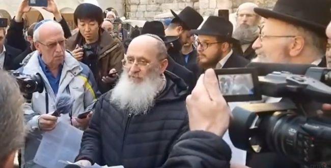צפו: הרב שרקי מתפלל בכותל למען חולי הקורונה