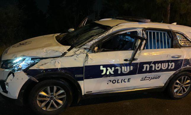 שיכור סטה מהנתיב והתנגש בניידת, 2 השוטרים נפצעו