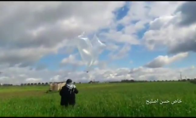 תיעוד: כך מכינים ומשגרים בלוני נפץ מעזה לישראל.צפו