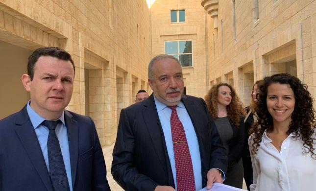 """ליברמן הגיש עתירה לבג""""צ נגד הרב הראשי לישראל"""