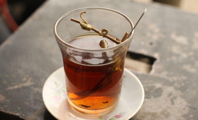 בעקבי תורתו של הבן איש חי: ספר שהוא כוס תה