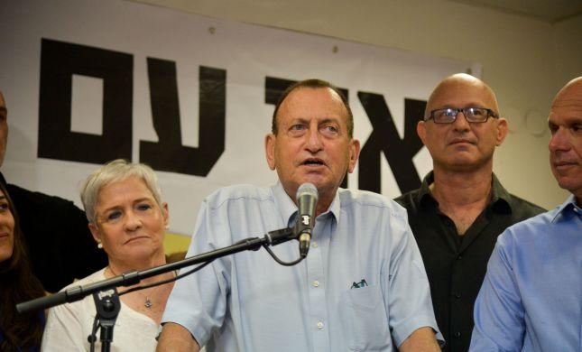 """עיריית ת""""א אוסרת הצבת דוכני תפילין ליד בתי ספר"""