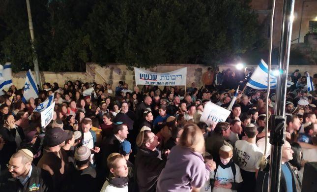 צפו בנוער הסרוג רוקד בהפגנה למען הריבונות