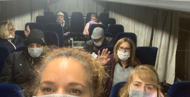 צפו: נוסעי ספינת הקורונה בשירת 'עם ישראל חי'