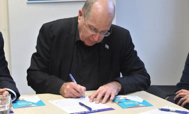 בוגי יעלון חתם: שינוי בסטטוס קוו הדתי בישראל
