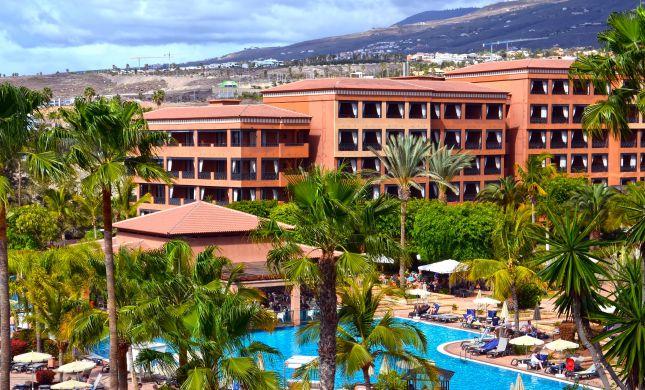 """""""מלון הקורונה"""": אלפי תיירים בבידוד במלון בטנריף"""