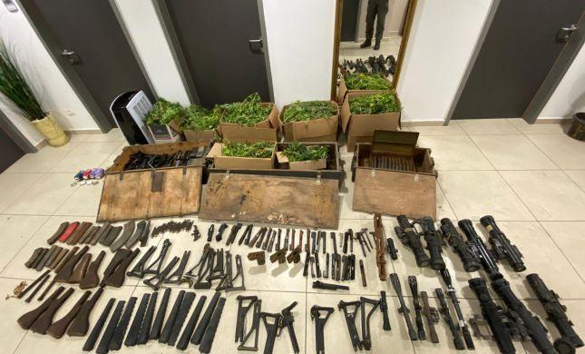 """דירה בדרום ת""""א: 42 ק""""ג קנאביס ומאות חלקי נשק"""