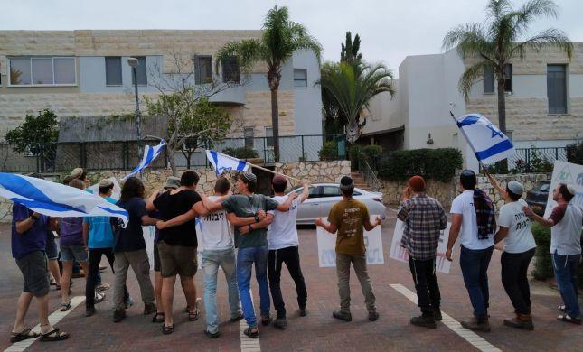 הפגנה מול ראש המטה הסרוג של גנץ באלקנה