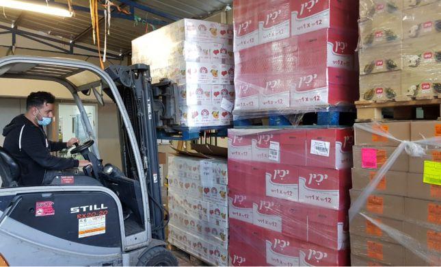 גם בזמנים מאתגרים: כך מחלקים סלי מזון לנזקקים