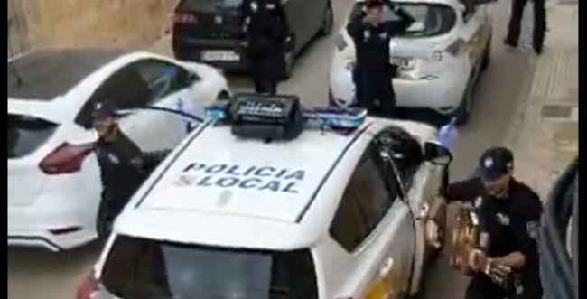 צפו: כך משטרת ספרד משמחת תושבים בהסגר