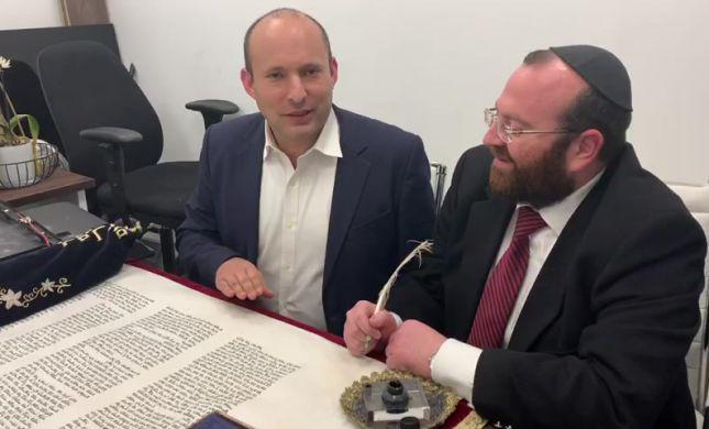 שר הביטחון כתב אות בספר התורה של עם ישראל