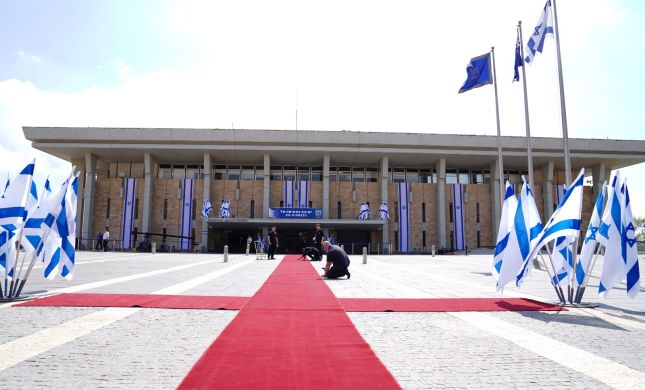 תחת הגבלות חריפות: הכנסת ה- 23 מושבעת