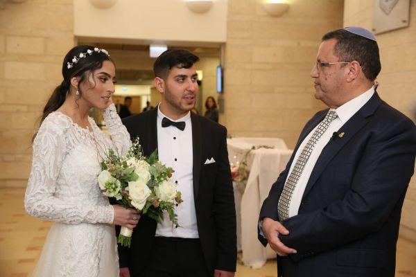 'חתונת קורונה' בלשכת ראש העיר. צפו