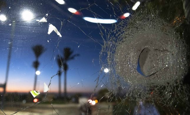 נהג אוטובוס הותקף באבנים ביישוב בית אל, רגלו נשברה