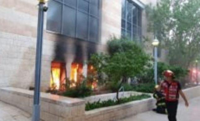 בניין עיריית י-ם עולה באש; נעצר חשוד בהצתה
