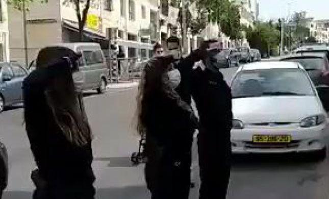 שוטרים בביתר מצדיעים לניצולת שואה בזמן הצפירה