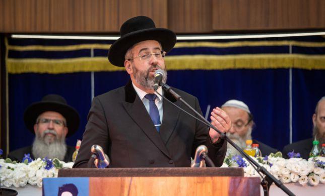 הרב הראשי לישראל מצטרף למיזם כתיבת ספרי התורה