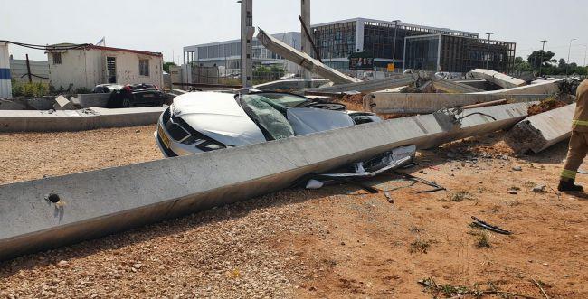 """""""נס גדול"""" המבנה בראשון לציון פגע במכונית בלבד"""