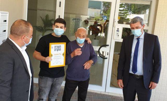 הרב רפי העניק תעודה לנכד שעבר לגור עם סבא שלו
