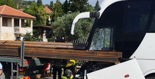 אוטובוס נכנס במשאית בכביש 65: הנהג נהרג