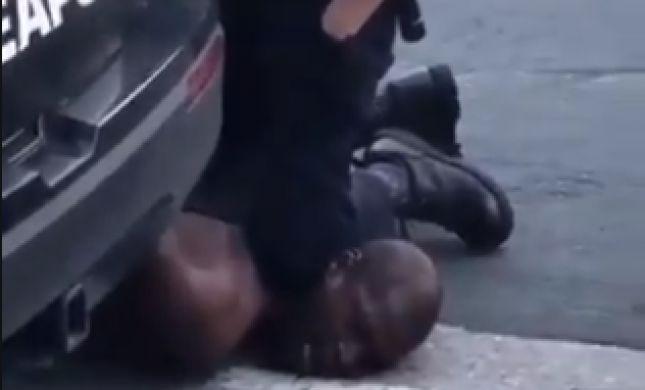 תיעוד מזעזע: שוטר דרך על גבר שחור - שנחנק למוות
