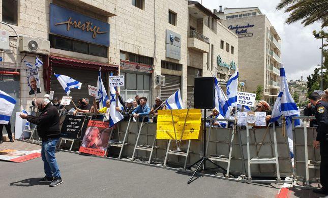 מחוץ לאולם: פעילי ליכוד בשיחזור ל'משפט דרייפוס'