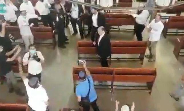 צפו: בנט בריקודים עם תלמידי ישיבת מרכז הרב