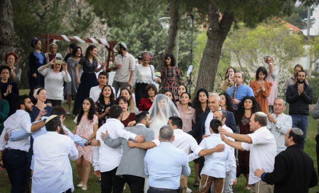 ביקורי משפחות וחתונות: ההקלות המסתמנות