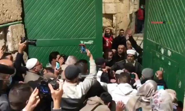 צפו: מאות מוסלמים פרצו את שערי הר הבית