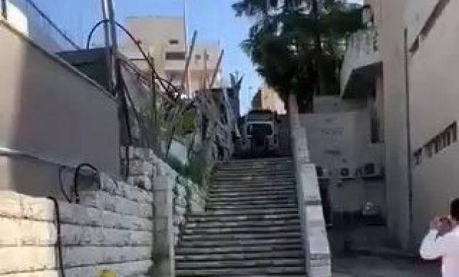 צפו בתיעוד: הרכב נסע במעלה מדרגות, הנהג נעצר