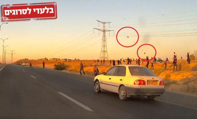 תיעוד: רכבים נקלעו למארב אבנים מול עשרות בדואים