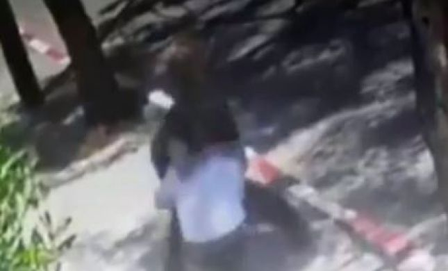 צפו: מתנדב במשטרה בועט בפרצופו של רב בגלל מסיכה
