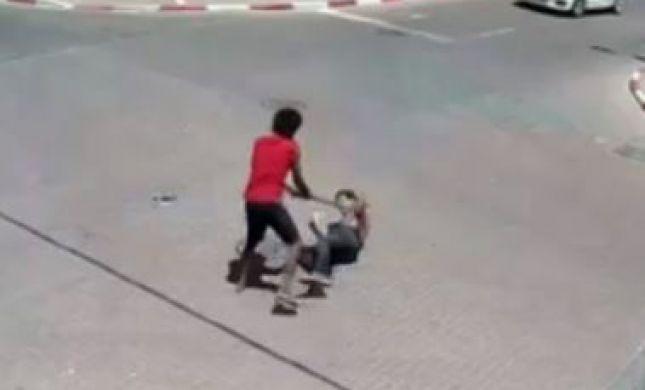 קשה לצפיה:מסתנן אריתראי תוקף אדם עם מוט ברזל