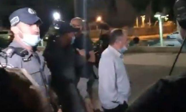 """אמנון אברמוביץ' הותקף וחולץ ע""""י שוטרים. צפו"""