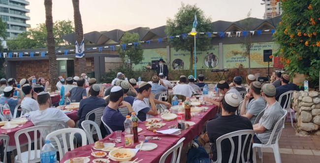 לראשונה אחרי חודשיים: תלמידי ישיבת רמת גן התאחדו בשיעור של הרב קוק