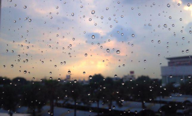 """חם מהרגיל; הגשם כבר פה: תחזית מזג האוויר לסופ""""ש"""