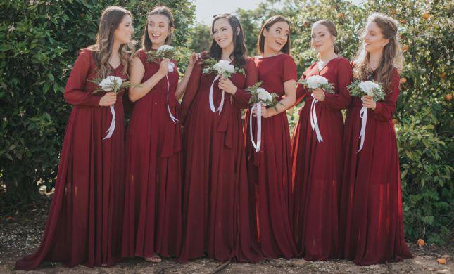 27 שמלות: איך הפכו שמלות השושבינה התואמות לפריט חובה בכל חתונה
