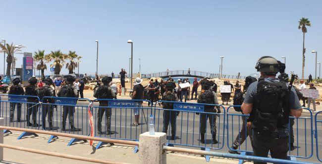 שוטרים הותקפו על ידי מפגינים באבנים וגז מדמיע