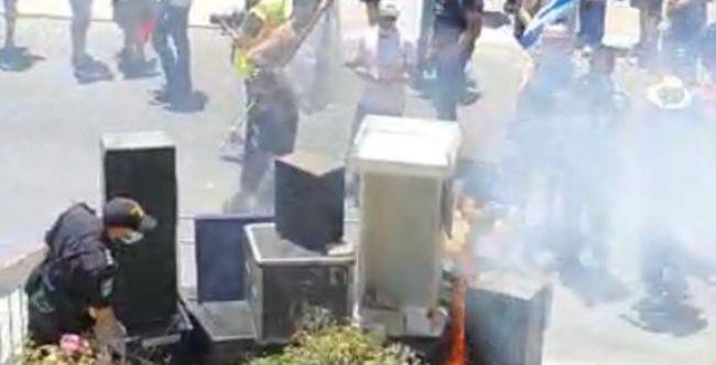 פעילים שרפו ציוד הגברה: כוחות המשטרה התערבו
