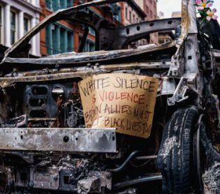 """מוזיקה, תרבות מפתיע: הזמר הסרוג בשיר מרגש על המחאות בארה""""ב"""