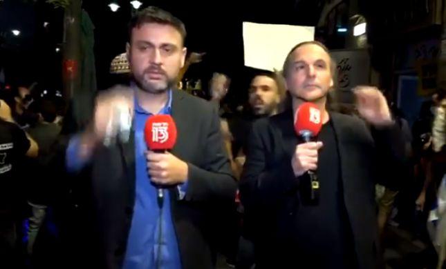 צפו: אבישי בן חיים ויוסי אלי הותקפו בשידור מההפגנה